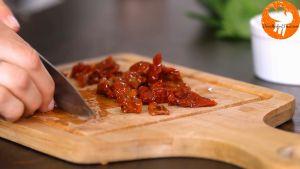 Đam Mê Ẩm Thực Thái-nhỏ-cà-chua-khô-ngâm-dầu-và-rải-đều-lên-mặt-2-miếng-ức-gà3