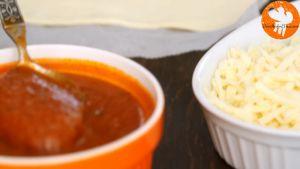 Đam Mê Ẩm Thực Thêm-đều-sốt-cà-chua-phô-mai-Mozzarella-xúc-xích-khô-Pepperoni-2-tbsp-15g-phô-mai-Parmesan-vào-phần-chưa-cắt-của-miếng-bột