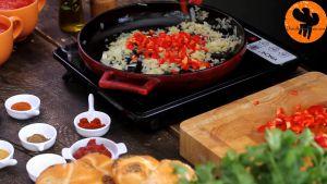 Đam Mê Ẩm Thực Thêm-ớt-chuông-đỏ-thái-hạt-lựu-và-đảo-đều-trong-5-7-phút-cho-đến-khi-mềm