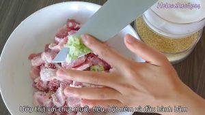 Đam Mê Ẩm Thực Thêm-1-chút-muối-hạt-tiêu-bột-nêm-và-đầu-hành-xanh-băm-vào-bát-thịt-và-trộn-đều5