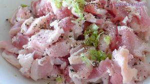 Đam Mê Ẩm Thực Thêm-1-chút-muối-hạt-tiêu-bột-nêm-và-đầu-hành-xanh-băm-vào-bát-thịt-và-trộn-đều6