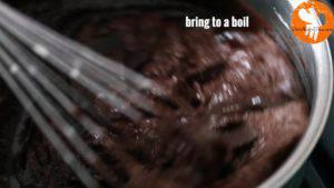 Đam Mê Ẩm Thực Thêm-60g-Chocolate-và-cho-nồi-lên-bếp-đun-với-lửa-nhỏ.-Khuấy-đều-tay-trong-5-phút-cho-đến-khi-sôi-nhẹ3-300x169