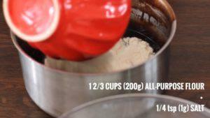 Đam Mê Ẩm Thực Thêm-bột-mì-đa-dụng-và-muối-và-khuấy-đều-300x169