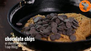 Đam Mê Ẩm Thực Thêm-chocolate-chip-vào-chảo-và-khuấy-đều.-Sau-đó-trải-đều-hỗn-hợp-và-cho-vào-lò-nướng-20-phút