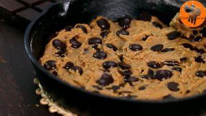 Đam Mê Ẩm Thực Thêm-chocolate-chip-vào-chảo-và-khuấy-đều.-Sau-đó-trải-đều-hỗn-hợp-và-cho-vào-lò-nướng-20-phút3