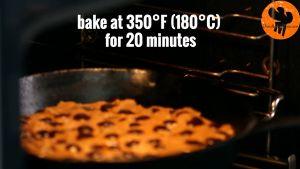 Đam Mê Ẩm Thực Thêm-chocolate-chip-vào-chảo-và-khuấy-đều.-Sau-đó-trải-đều-hỗn-hợp-và-cho-vào-lò-nướng-20-phút4