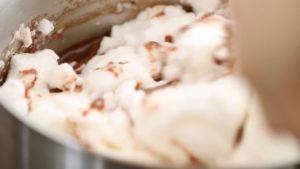 Đam Mê Ẩm Thực Thêm-dần-dần-lòng-trắng-trứng-đã-bông-ở-bước-2-và-trộn-cho-đến-khi-quyện-đều5-300x169