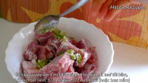 Đam Mê Ẩm Thực Thêm-hành-băm-tỏi-băm-bột-nêm-hạt-tiêu-muốinước-mắm-vào-bát-sườn-và-trộn-đều-ướp-trong-15-phút