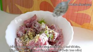 Đam Mê Ẩm Thực Thêm-hành-băm-tỏi-băm-bột-nêm-hạt-tiêu-muốinước-mắm-vào-bát-sườn-và-trộn-đều-ướp-trong-15-phút5