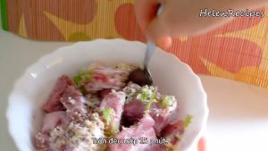 Đam Mê Ẩm Thực Thêm-hành-băm-tỏi-băm-bột-nêm-hạt-tiêu-muốinước-mắm-vào-bát-sườn-và-trộn-đều-ướp-trong-15-phút6