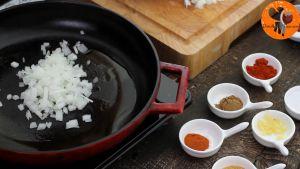 Đam Mê Ẩm Thực Thêm-hành-tây-và-tỏi-băm-rồi-đảo-đều-trong-5-phút-cho-đến-khi-mềm