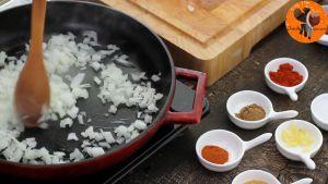 Đam Mê Ẩm Thực Thêm-hành-tây-và-tỏi-băm-rồi-đảo-đều-trong-5-phút-cho-đến-khi-mềm1