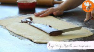 Đam Mê Ẩm Thực Thêm-mứt-Chocolate-hạt-rẻ-lên-bề-mặt-bột-và-trải-đều2-300x169