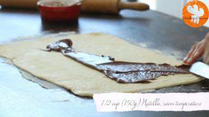 Đam Mê Ẩm Thực Thêm-mứt-Chocolate-hạt-rẻ-lên-bề-mặt-bột-và-trải-đều3-300x169