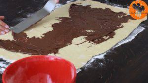 Đam Mê Ẩm Thực Thêm-mứt-Chocolate-hạt-rẻ-lên-bề-mặt-bột-và-trải-đều4-300x169