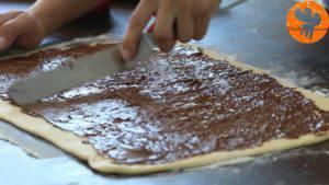 Đam Mê Ẩm Thực Thêm-mứt-Chocolate-hạt-rẻ-lên-bề-mặt-bột-và-trải-đều5-300x169