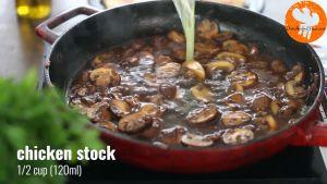 Đam Mê Ẩm Thực Thêm-nước-luộc-gà-vào-chảo-và-khuấy-đều-nấu-trong-2-phút