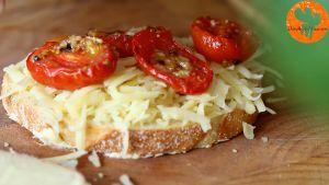 Đam Mê Ẩm Thực Thêm-phô-mai-nạo-nhỏ-cà-chua-bi-rau-tùy-thích-vào-mặt-bánh-mì-gối-chưa-phết-bơ3