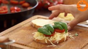 Đam Mê Ẩm Thực Thêm-phô-mai-nạo-nhỏ-cà-chua-bi-rau-tùy-thích-vào-mặt-bánh-mì-gối-chưa-phết-bơ4