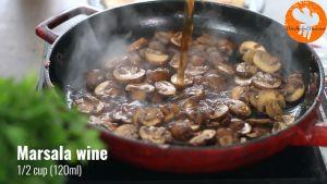 Đam Mê Ẩm Thực Thêm-rượu-Marsala-vào-chảo-và-nấu-trong-2-phút-cho-đến-khi-sôi-bong-bóng
