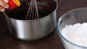 Đam Mê Ẩm Thực Thêm-từng-lòng-đỏ-trứng-vào-nồi-hỗn-hợp-Chocolate-ở-bước-1-và-khuấy-đều-300x169