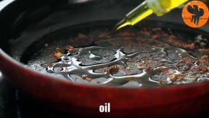 Đam Mê Ẩm Thực Tiếp-tục-cho-dầu-oliu-vào-chảo