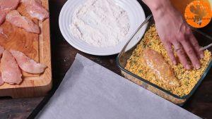 Đam Mê Ẩm Thực Tiếp-tục-cho-vào-vụn-bánh-bột-ngô-nướng-phủ-kín-và-cho-ra-khay-đã-lót-giấy-nến