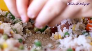 Đam Mê Ẩm Thực -trống-1-hốc-nhỏ-giữa-chảo-thêm-1-quả-trứng-vào.-Dùng-xẻng-đánh-trứng-lên-và-rắc-đều-tiêu
