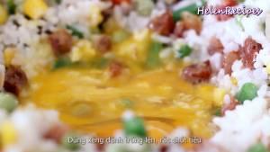 Đam Mê Ẩm Thực Để-trống-1-hốc-nhỏ-giữa-chảo-thêm-1-quả-trứng-vào.-Dùng-xẻng-đánh-trứng-lên-và-rắc-đều-tiêu3
