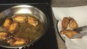 Đam Mê Ẩm Thực Cánh-gà-chín-vàng-đều-2-mặt-cho-ra-đĩa-có-đặt-giấy-thấm-dầu
