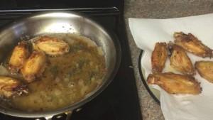 Đam Mê Ẩm Thực Cánh-gà-chín-vàng-đều-2-mặt-cho-ra-đĩa-có-đặt-giấy-thấm-dầu2