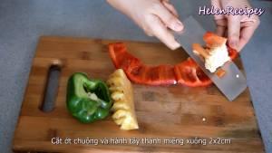 Đam Mê Ẩm Thực Cắt-quả-Ớt-chuông-đỏ-xanh-và-1-củ-Hành-Tây-thành-miếng-vuông-2x2cm