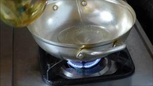 Đam Mê Ẩm Thực Cho-1-tbsp-Tỏi-băm-vào-1-tbsp-dầu-ăn-nóng-già-trong-chảo-và-phi-thơm