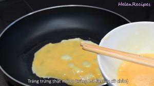 Đam Mê Ẩm Thực Cho-1-tbsp-dầu-ăn-vào-chảo-khi-dầu-nóng-cho-12-13-bát-trứng-vào-chảo.-Chiên-vàng-đều-2-mặt-trứng-và-cứ-làm-tiếp-tục-cho-đến-khi-hết-bát-trứng-tráng-trứng-thật-mỏng-tráng-2-3-lần-tùy-cỡ-chảo2