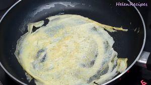 Đam Mê Ẩm Thực Cho-1-tbsp-dầu-ăn-vào-chảo-khi-dầu-nóng-cho-12-13-bát-trứng-vào-chảo.-Chiên-vàng-đều-2-mặt-trứng-và-cứ-làm-tiếp-tục-cho-đến-khi-hết-bát-trứng-tráng-trứng-thật-mỏng-tráng-2-3-lần-tùy-cỡ-chảo5