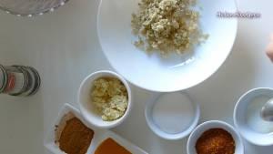 Đam Mê Ẩm Thực Cho-3-tbsp-Sả-băm-nhỏ-2-tbsp-Tỏi-băm-nhỏ-2-tbsp-Đường-1-tsp-Muối-1-tbsp-Bột-ngũ-vị-hương-1-tbsp-Bột-nghệ-12-tsp-Hạt-Tiêu-2-tsp-Dầu-ăn-1-tbsp-Ớt-bột-vào-bát-và-trộn-đều2