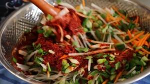 Đam Mê Ẩm Thực Cho-các-loại-rau-củ-đã-thái-nhỏ-vào-nước-sốt-kim-chi-và-trộn-đều2