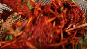 Đam Mê Ẩm Thực Cho-các-loại-rau-củ-đã-thái-nhỏ-vào-nước-sốt-kim-chi-và-trộn-đều3