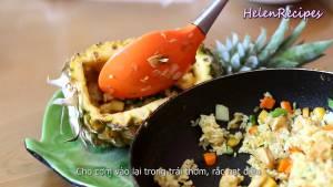 Đam Mê Ẩm Thực Cho-cơm-chiên-vào-lại-trong-trái-thơm-rắc-hạt-điều