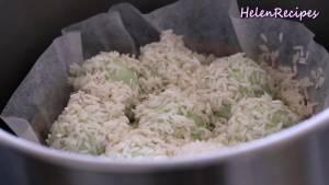 Đam Mê Ẩm Thực Cho-khay-vào-xửng-hấp-có-lót-lá-chuối-hoặc-giấy-nến.-Trải-đều-1-lớp-gạo-nếp-mỏng-và-xếp-đều-các-viên-nhân-vào10