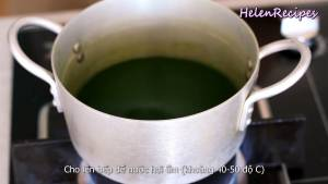 Đam Mê Ẩm Thực Cho-phần-nước-xanh-vào-nồi-đun-với-lửa-vừa-cho-đến-khi-nước-ấm-40-50-C-hoặc-quay-nước-lá-dứa-1-phút-trong-lò-vi-sóng