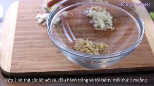 Đam Mê Ẩm Thực Cho-sả-băm-hoặc-xay-nhuyễn-tỏi-băm-nhỏ-hành-lá-phần-củ-hành-trắng-thái-nhỏ-nước-mắm-nước-tương-Maggi-mật-ong-tiêu-dầu-ăn-vào-bát-và-trộn-đều1