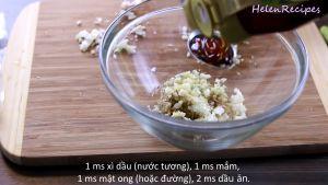 Đam Mê Ẩm Thực Cho-sả-băm-hoặc-xay-nhuyễn-tỏi-băm-nhỏ-hành-lá-phần-củ-hành-trắng-thái-nhỏ-nước-mắm-nước-tương-Maggi-mật-ong-tiêu-dầu-ăn-vào-bát-và-trộn-đều51
