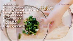 Đam Mê Ẩm Thực Cho-sả-băm-hoặc-xay-nhuyễn-tỏi-băm-nhỏ-hành-lá-thái-nhỏ-nước-mắm-nước-tương-Maggi-đường-tiêu-dầu-ăn-vào-bát-và-trộn-đều6