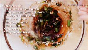 Đam Mê Ẩm Thực Cho-sả-băm-hoặc-xay-nhuyễn-tỏi-băm-nhỏ-hành-lá-thái-nhỏ-nước-mắm-nước-tương-Maggi-đường-tiêu-dầu-ăn-vào-bát-và-trộn-đều7