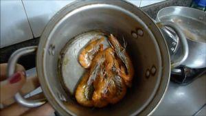 Đam Mê Ẩm Thực Cho-tôm-vào-nồi-không-dầu-ăn-rang-2-phút-với-lửa-vừa-cho-đến-khi-tôm-chín-đỏ2