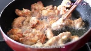 Cho-thịt-gà-tẩm-bột-vào-chảo-chiên-vàng-giòn-2-mặt4