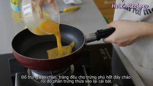 Đam Mê Ẩm Thực Cho-trứng-vào-chảo-láng-đều-toàn-bộ-mặt-chảo-rồi-đổ-phần-trứng-thừa-vào-lại-bát