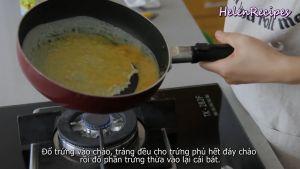 Đam Mê Ẩm Thực Cho-trứng-vào-chảo-láng-đều-toàn-bộ-mặt-chảo-rồi-đổ-phần-trứng-thừa-vào-lại-bát2