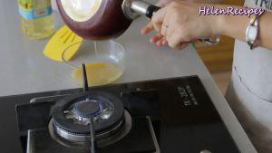 Đam Mê Ẩm Thực Cho-trứng-vào-chảo-láng-đều-toàn-bộ-mặt-chảo-rồi-đổ-phần-trứng-thừa-vào-lại-bát3